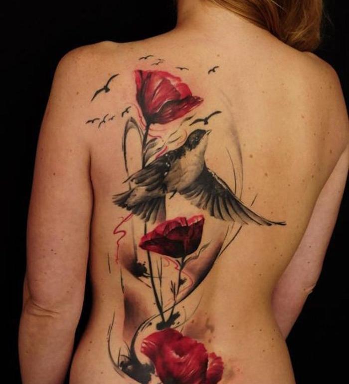 grand tatouage dos entier femme fleurs hirondelles noir rouge