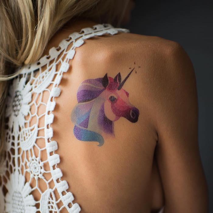 inspiration conte de fée, tatouage licorne en couleurs, cheveux longs avec coloration blonde