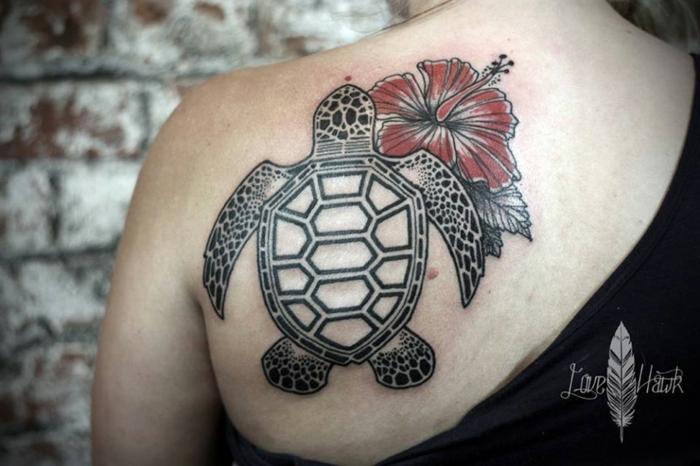 tatouage dos femme, tortue sous l'épaule combinée avec hibiscus rouge