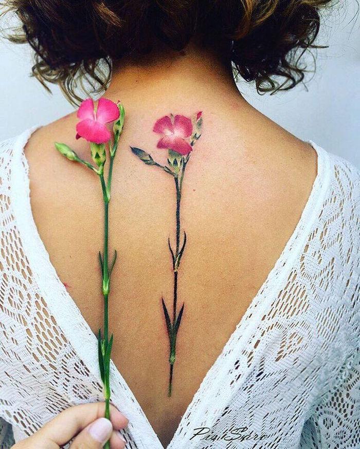 tatouage fleur coquelicot rose et tige dans le dos femme, jolie tatouage coquelicot dos femme