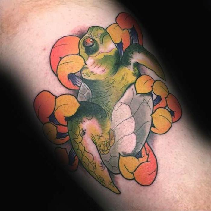 tatouage symbole famille, tortue colorée originale, tortue et fleur tatouée aur le bras