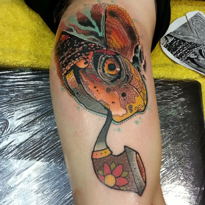 signification tatouage, tortue géante qui fume une pipe, grande tortue psychédelique