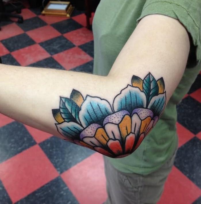 tatouage etoile coude fleur lotus en couleurs