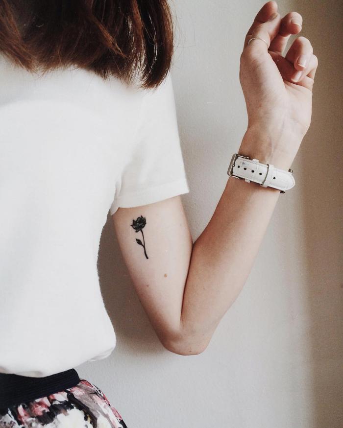 tatouage temporaire, coupe de cheveux mi longs en marron foncé, blouse blanche avec manches courtes et jupe florale