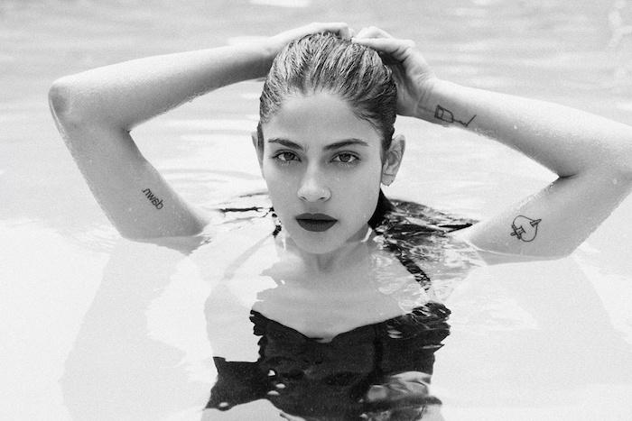 tatouage poignet femme, dessin en encre en forme de coeur, jeune femme dans la piscine