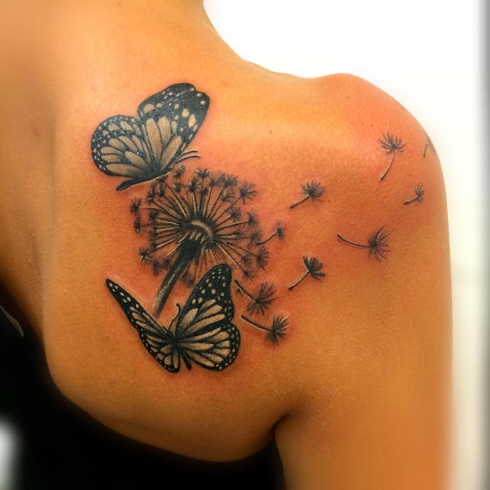 Tatuaje de mujer en el hombro con diente de león y mariposas