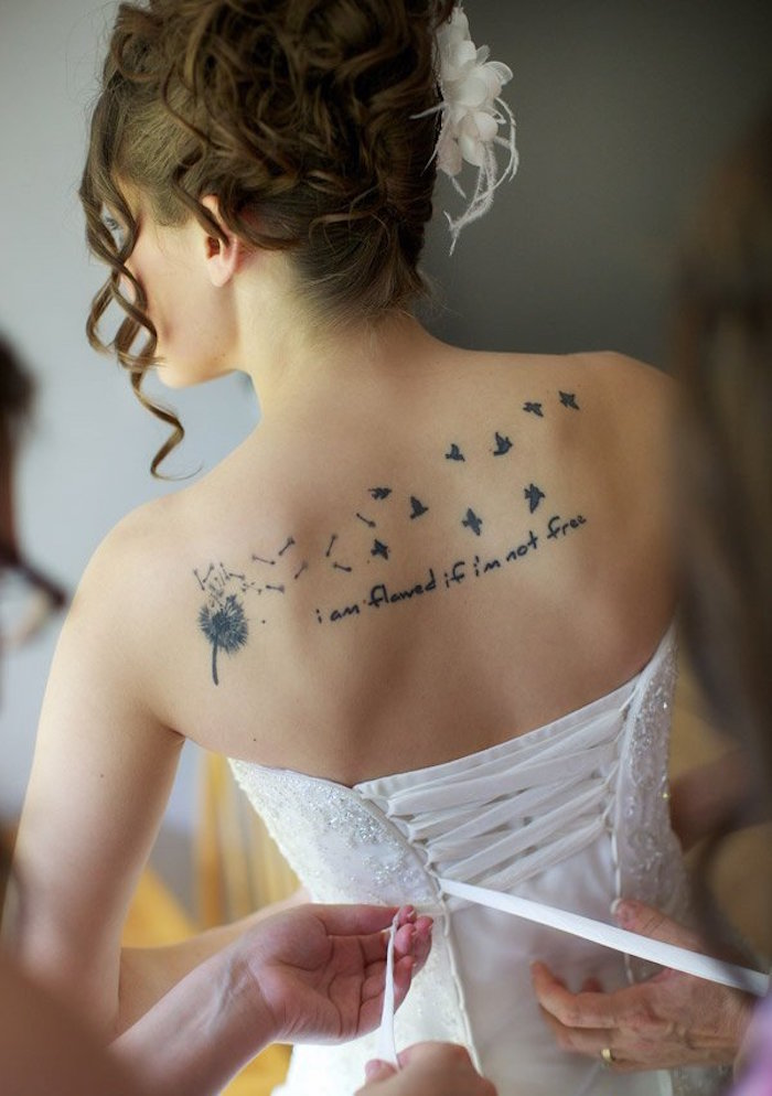 tatouage mariée pissenlit hirondelle dans le dos