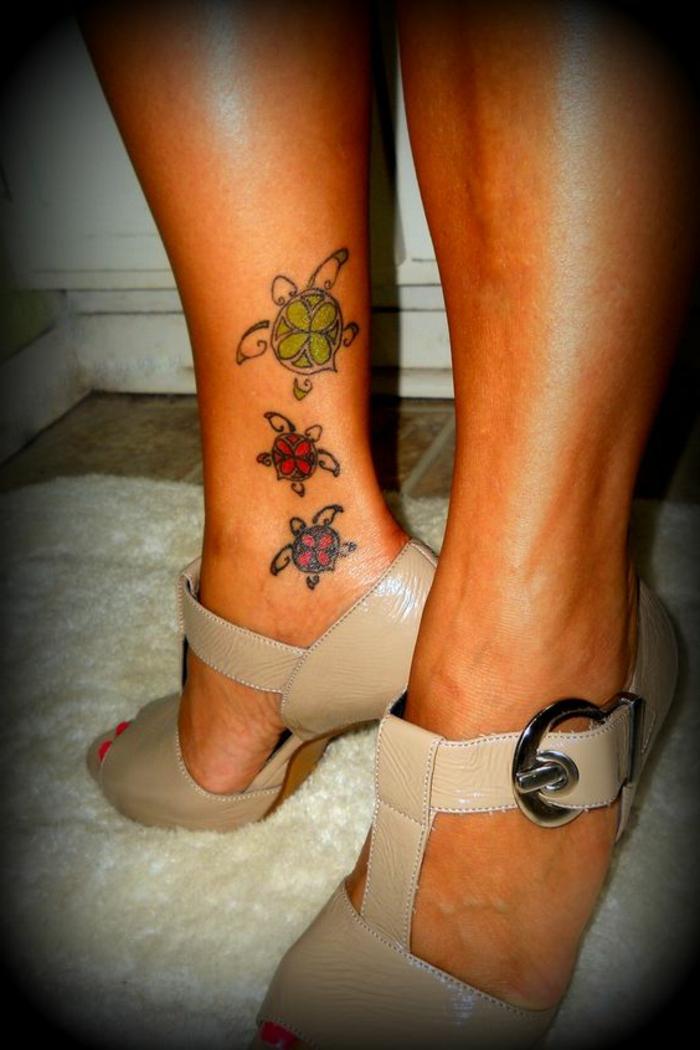 tatouage femme, tatouage mollet femme, tortues colorées placées au-dessus de la cheville