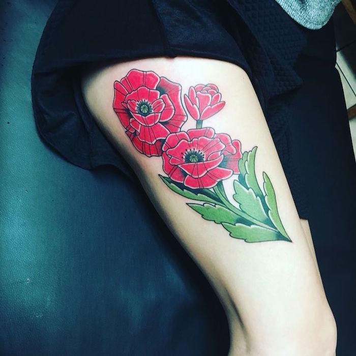 tatouage rose old school sur la cuisse et tattoo fleurs coquelicot rouge femme modele