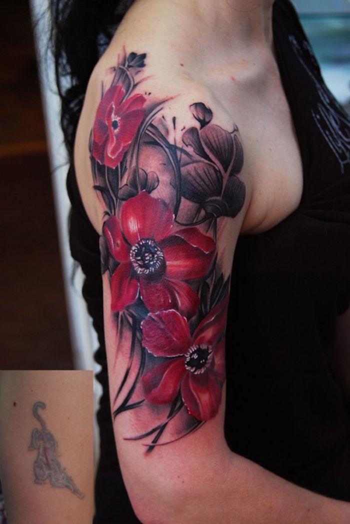 tatouage fleur epaule bras noir et rouge fleurs coquelicots