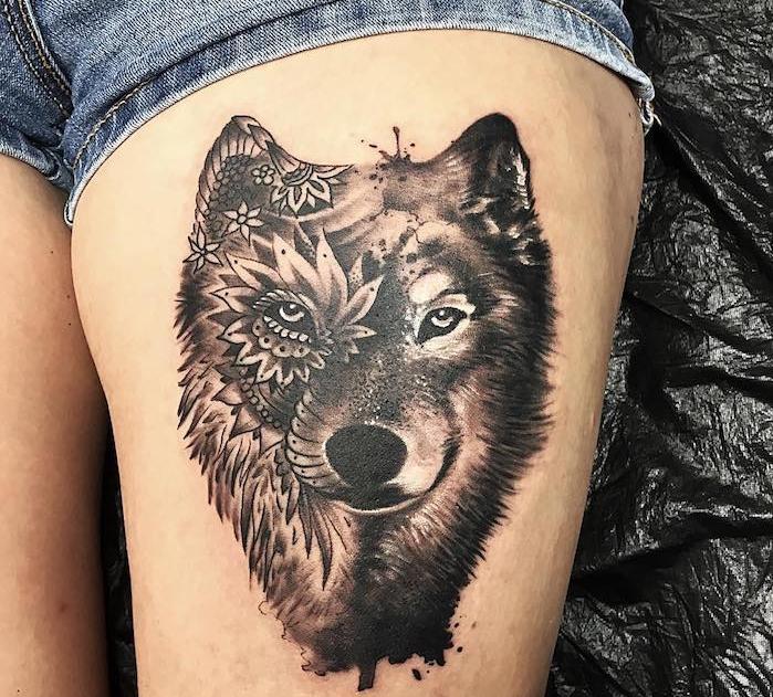 tatouage tete de loup, paire de shorts en denim, dessin tête de loup sur jambe