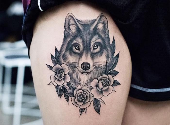 signification tatouage, art corporel à design tête de loup avec roses, dessin en encre sur la peau à design féminin