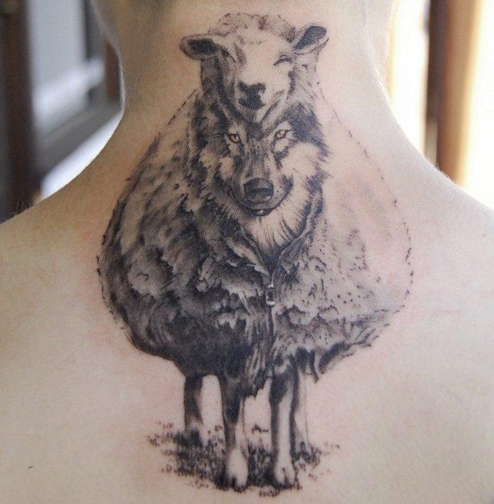 tatouage animaux, dessin symbolique sur la peau, tatouage loup et brebis sur le nuque