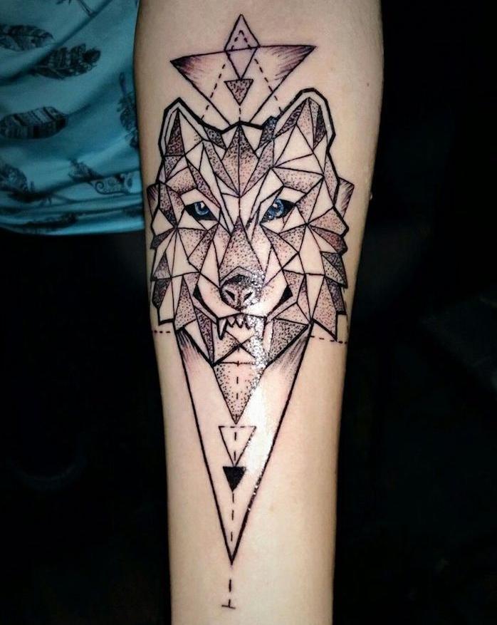 symbole tatouage, dessin tête de loup à lignes géométriques sur le bras, idée tatouage pour femme et homme