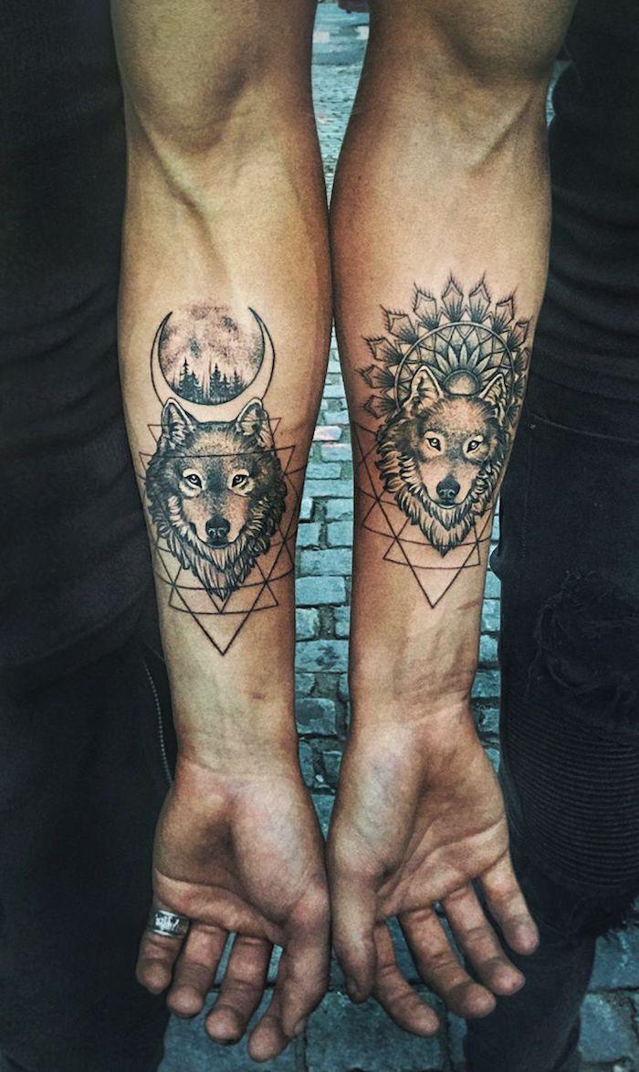 tatouage bras homme, dessin en encre tête de loup avec lune et paysage nocturne à lignes géométriques