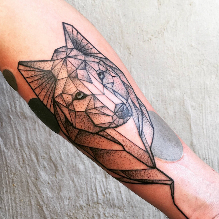 tatouage animaux, art corporel en encre à motifs loup, dessin sur la peau tête de loup à lignes géométriques