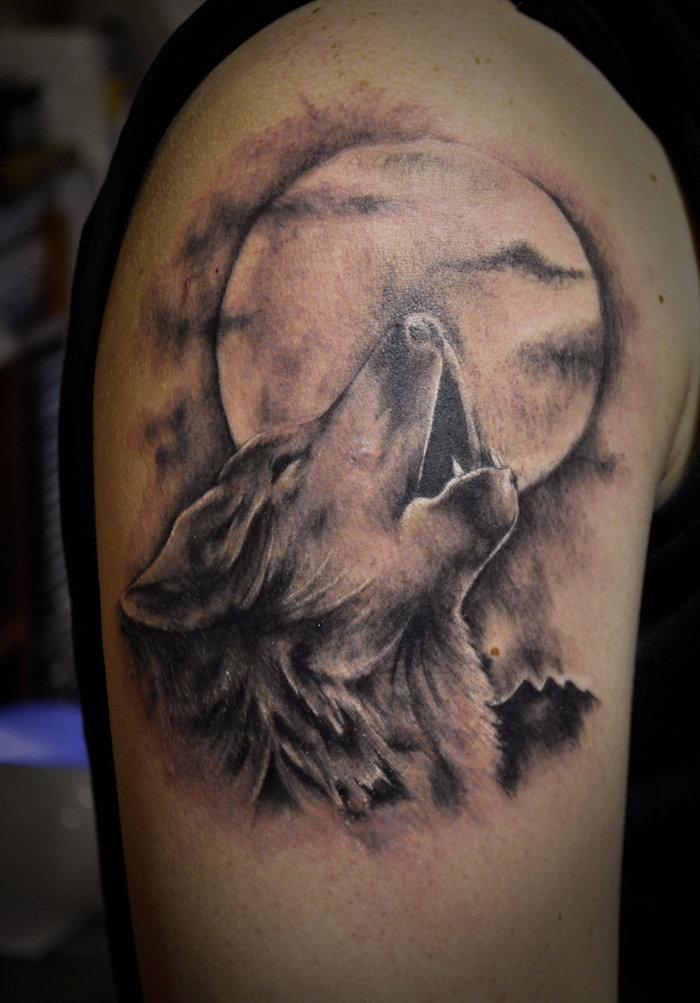 tatouage bras homme, art corporel à design animal, dessin sur la peau tête de loup et pleine lune