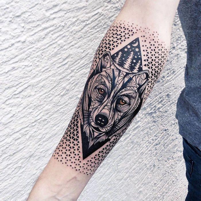tatouage bras homme, idée quel tatouage choisir pour le bras, dessin paysage nocturne avec tête de loup