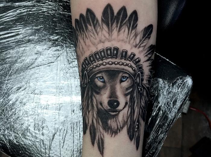 signification tatouage, dessin loup mignon aux yeux bleus avec couronne indienne, tatouage pour homme et femme