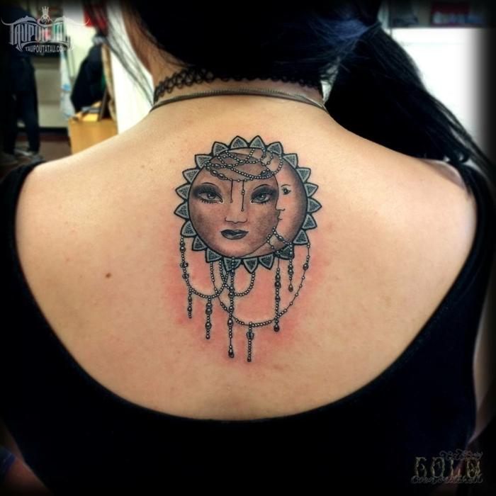 tatouage lune et soleil, le soleil et la lune avec des visages humains et ornés de pendentifs