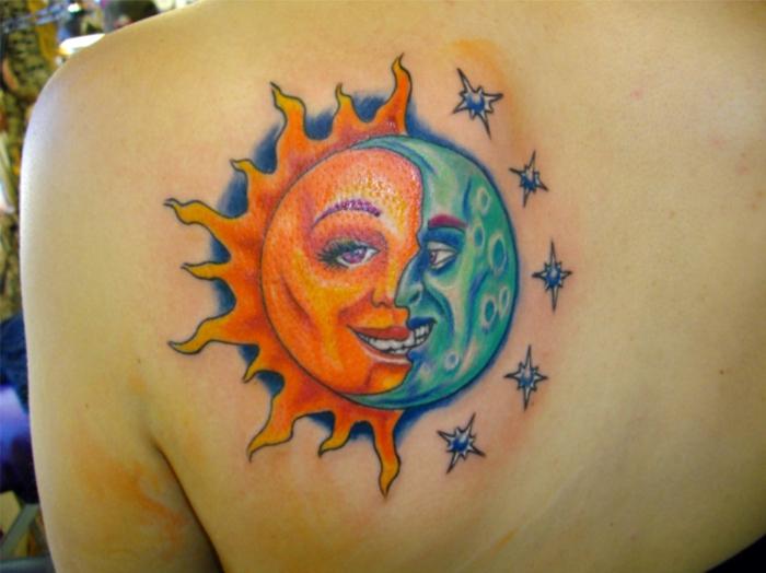 tatouage lune signification, soleil orange et lune bleue, disque mêlant les deux corps célestes