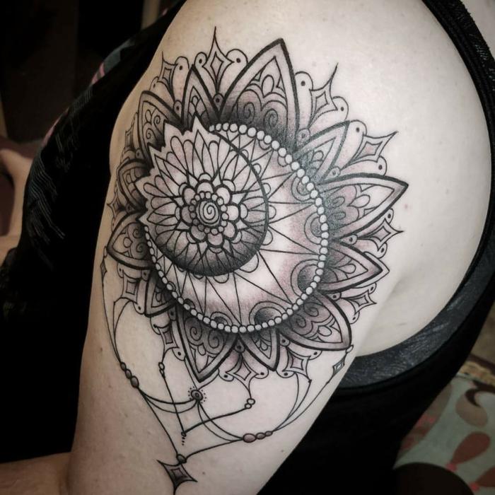 tatouage lune signification, tattoo abstrait, le soleil et la lune en jolies formes