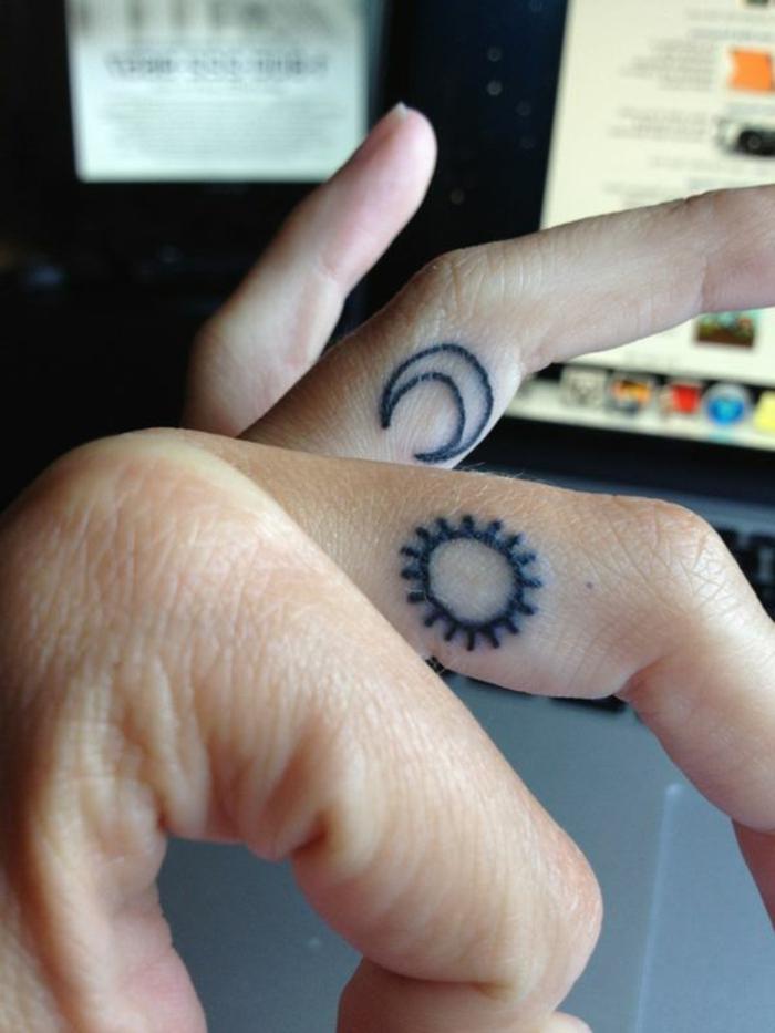 tatouage lune, tatouages à l'intérieur des doigts avec encre noir, symboles célestes