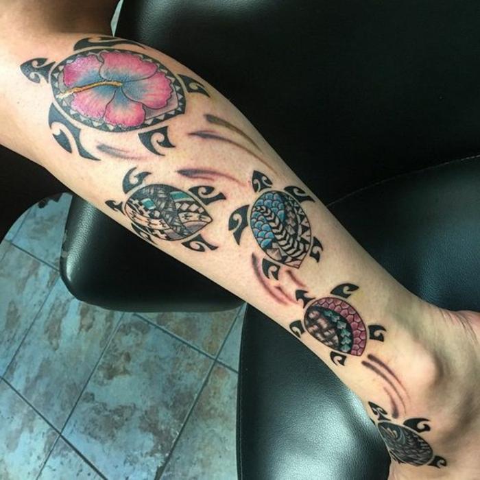 tatouage maorie, cinq tortues au mollet en couleurs et avec symboles havaiens