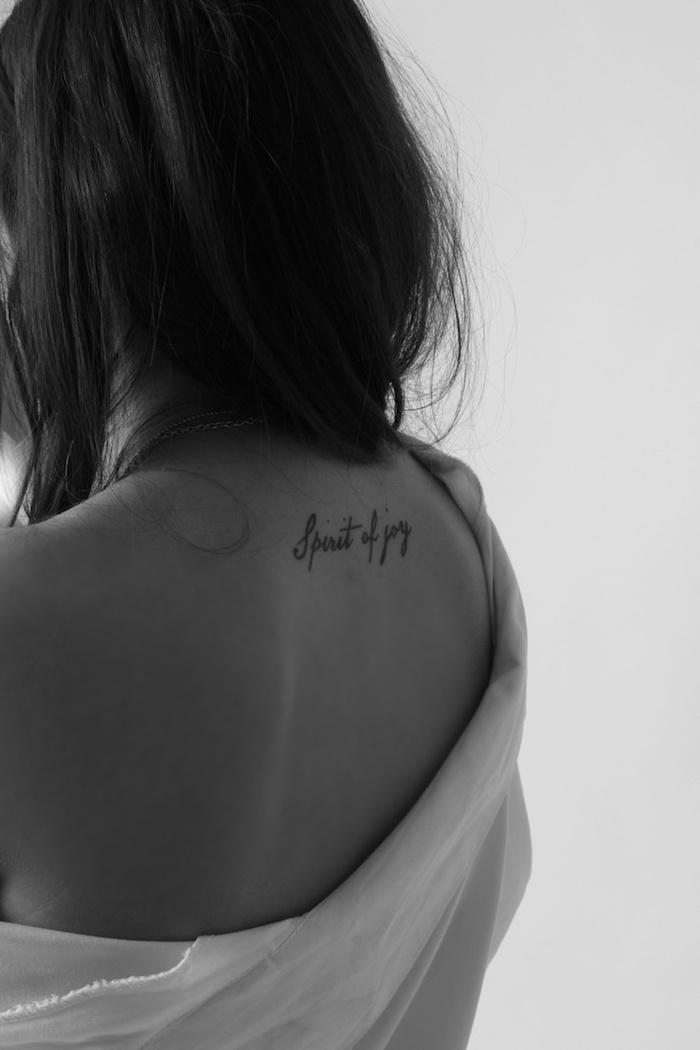 mots inspirants gravés sur la peau, tatouage femme avec lettres noires, photo blanc et noir