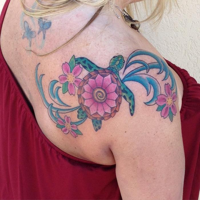 tatouage femme épaule, jolie tortue avec des fleurs roses épanouies