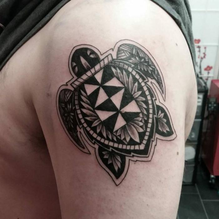 tatouage polynesien, tatouage homme épaule, grande tortue de mer noire
