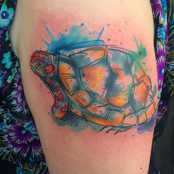 tatouage femme, tatouage sur le bras en bleu et orange, robe florale, design réalistique