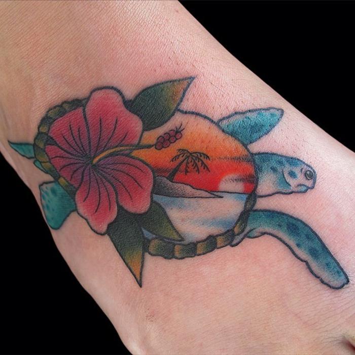 tatouage pied, tortue qui nage et hibiscus tatoués au pied, plage et palmier