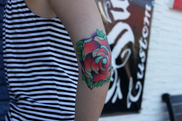 tattoo bras femme tatouage rose rouge old school