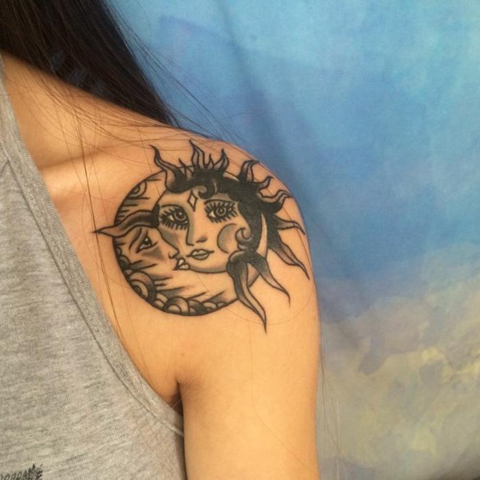 tatouage soleil et lune, la lune qui porte le soleil sur l'épaule, blouse grise