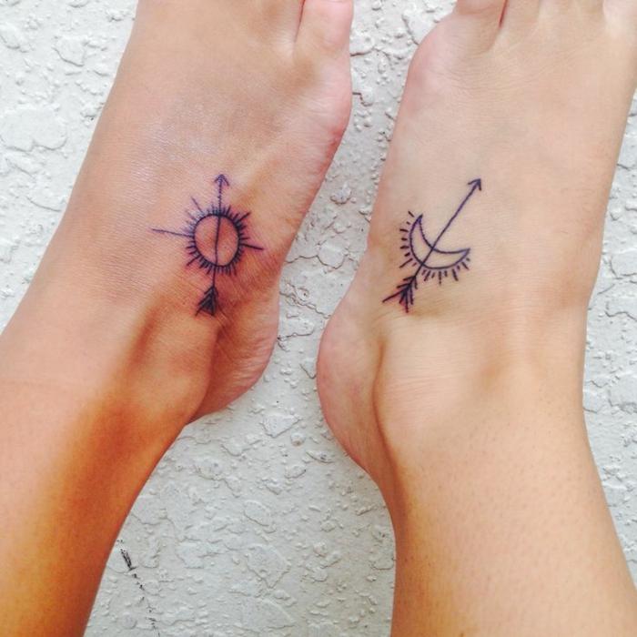 tatouage soleil et tatouage lune aux pieds, matching tatoos pour amis et amoureux