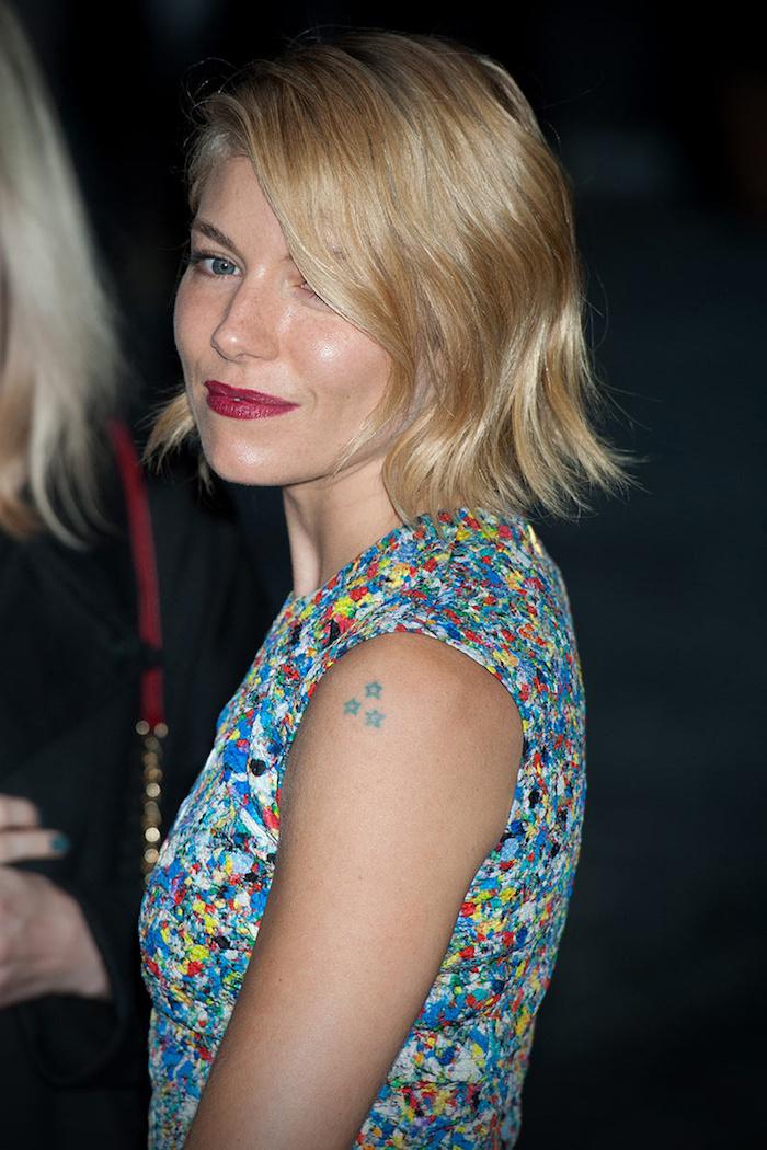 idée tatouage, dessin en encre sur l'épaule, tatouage petites étoiles en bleu, coupe de cheveux mi longs en blond