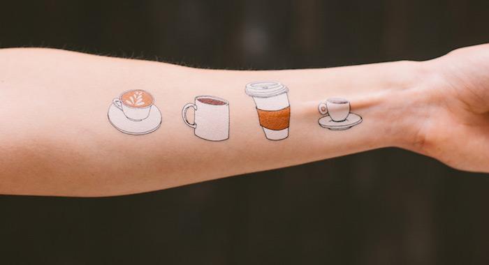 tatouage femme bras, dessin sur la peau en couleur, tattoo à design tasse de café