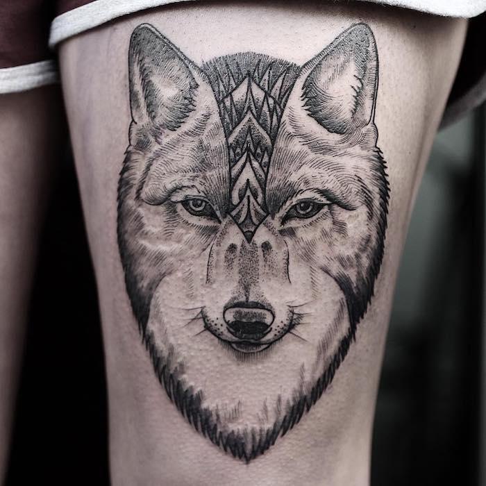 dessin tatouage, art corporel sur jambe, tattoo modèle féminin à tête de loup