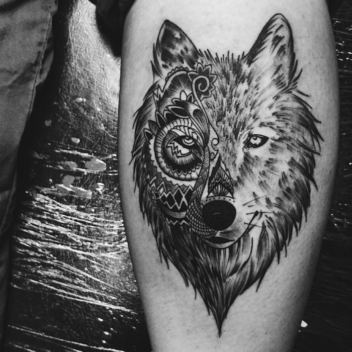 homme tatoué, art corporel à design tête de loup aux motifs florales et feuilles