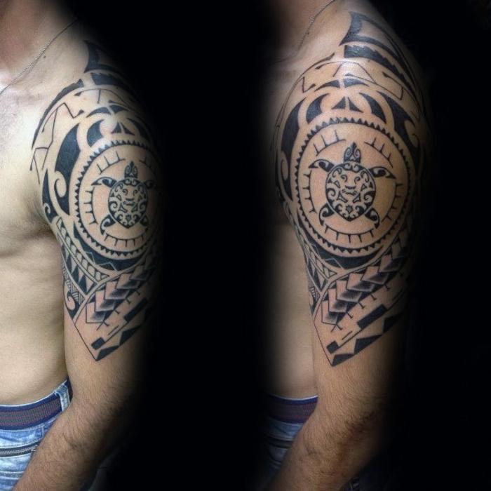 tatouage bras homme, tortues polénisiennes tatouées au bras, design de manche tatouage