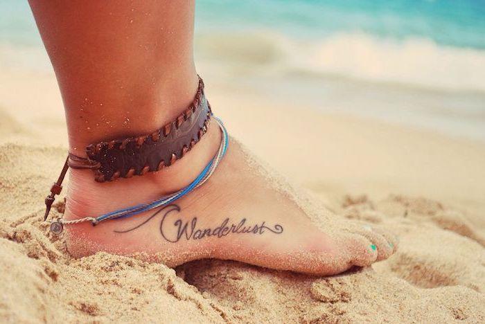 tatouage discret, mot inspirant esprit d'aventurier, dessin en encre avec lettres aventure sur le pied