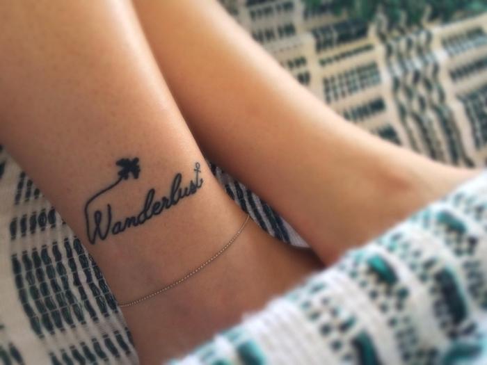 tatouage phrase, art corporel sur pied pour femme, dessin petit avion volant avec lettres, esprit d'aventurier tattoo