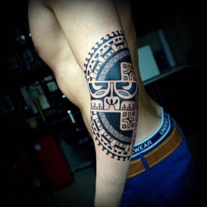 tatouage homme coude polynésien maori bras