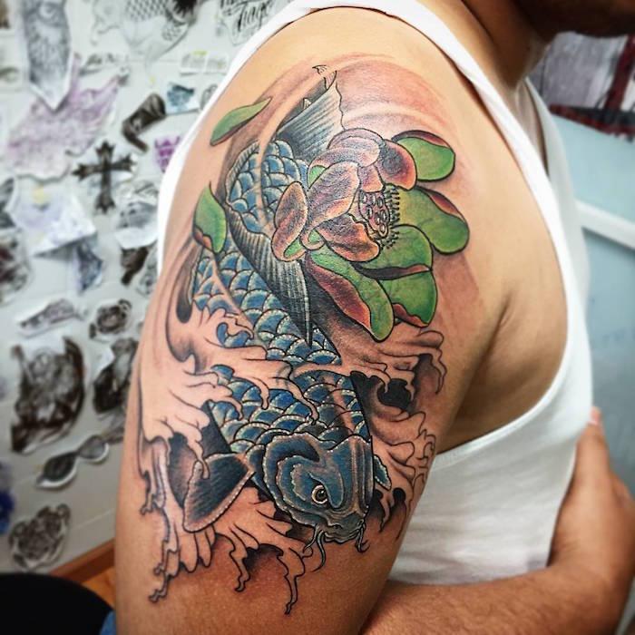 tattoo carpe koi bras manche homme poisson bleu