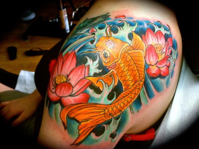 tatouage de carpe épaule femme couleur poisson couleurs japon