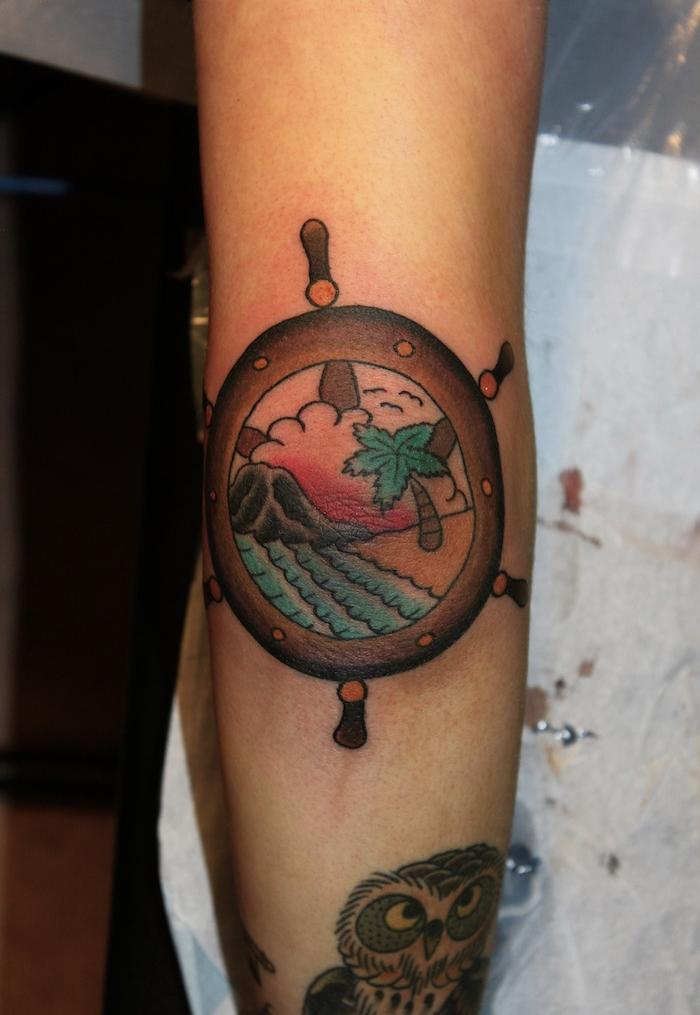 tattoo bras femme tatouage voyage bateau plage palmier