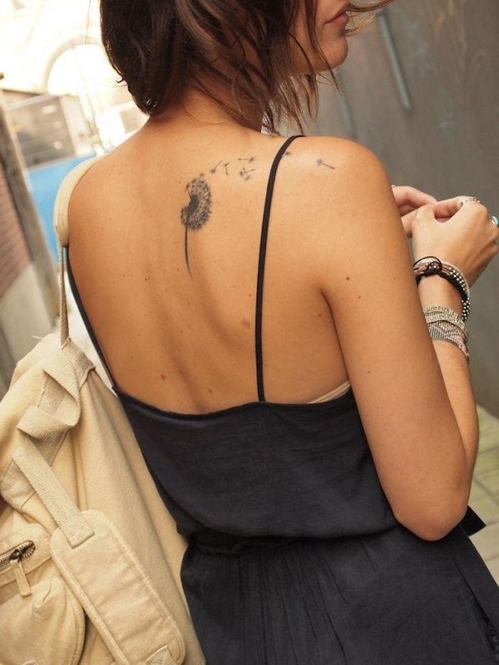 tatuaje de diente de león en la espalda de mujer tatuaje en el hombro