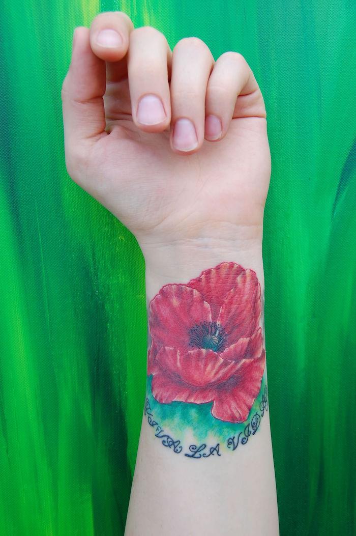tatouage bras fleur et tattoo fleurs poignet couleur rouge, idée tatouage coquelicot bracelet