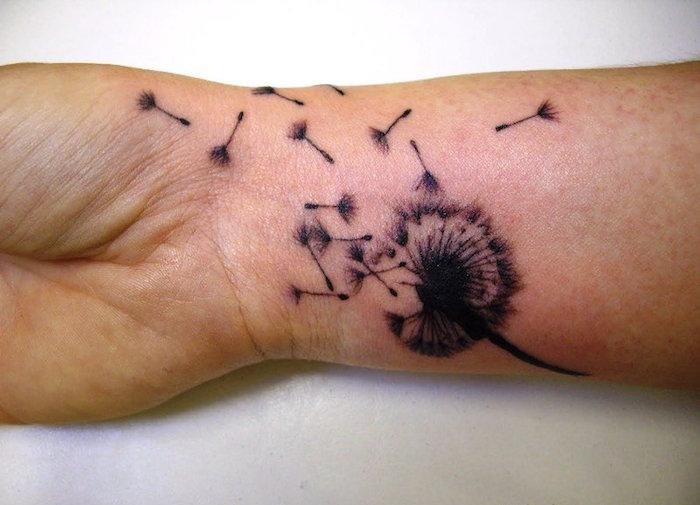 Diseño de flores tatuadas en la muñeca de dientes de león voladores
